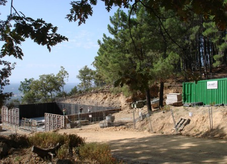Destrucción del entorno, suelo erosionado, robles, y enebros arrancados.
